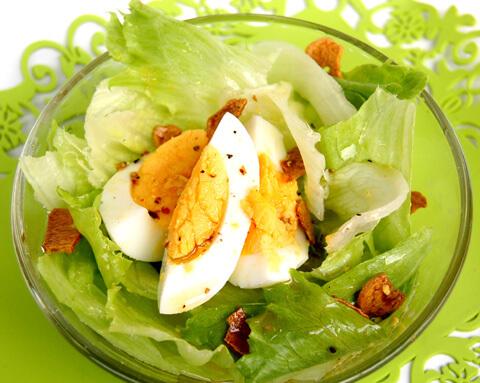 レタスとゆで卵の カリカリガーリックサラダ