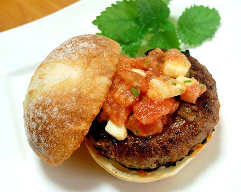 はちみつニンニクで、トマトとチーズのハンバーガー