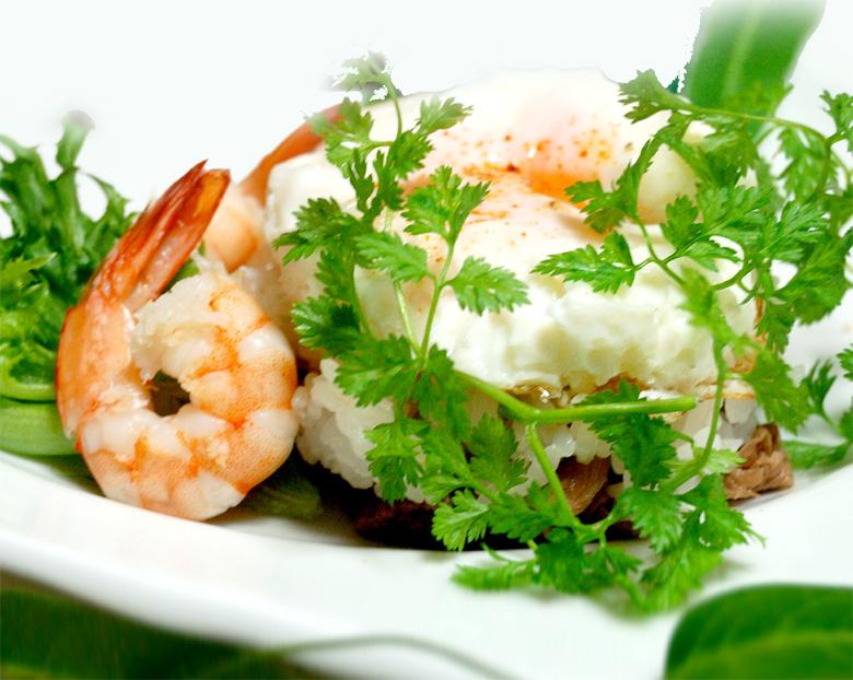 目玉焼きと焼肉ご飯 海老のうま煮添え
