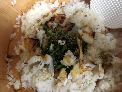 しそをみじん切りにして、白ごまと酢飯に乗せる以外の鯛をほぐして混ぜ合わせる