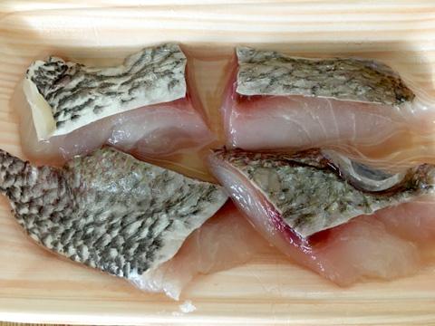 鯛を切り分け、料理酒に10分ほどつけておく