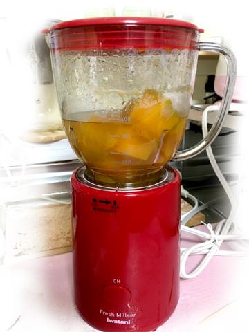 かぼちゃが煮崩れるくらいまで煮たら、粗熱を取ってミキサーにかける