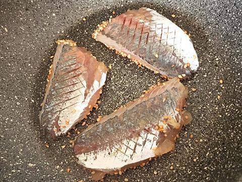 フライパンを中火で空焼きし、ゴマをたっぷりまぶしたあじを下にして焼