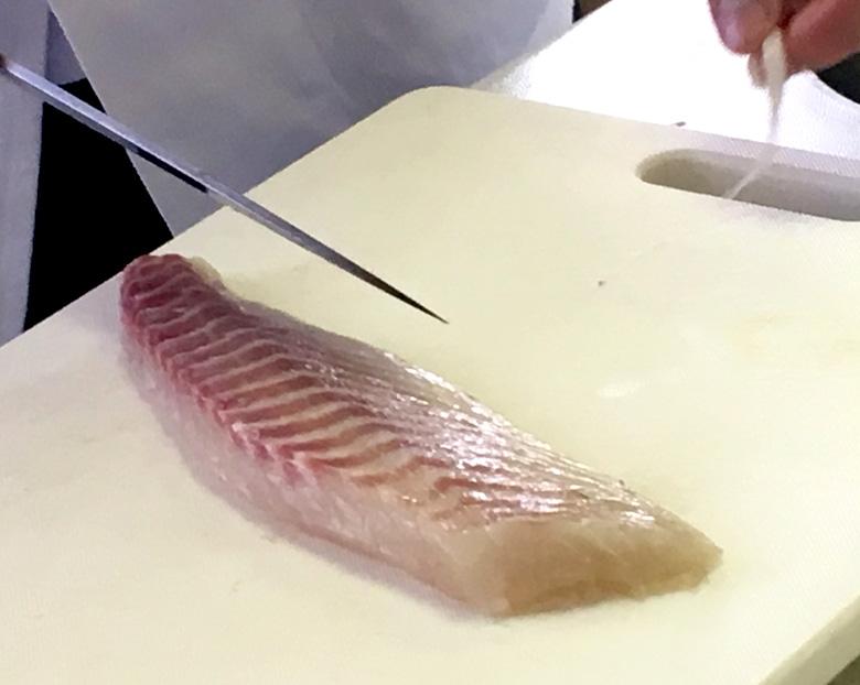 鯛の皮をとる