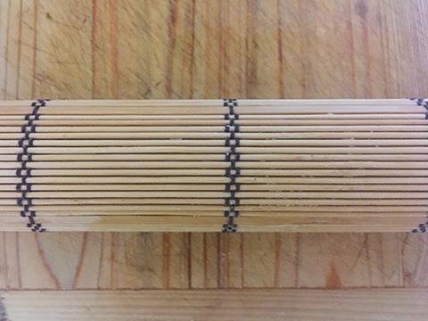 が熱いうちに巻きすにとり、寄せて棒状に巻いて形を整える