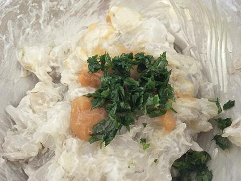 海老に梅干し・シソ・卵白をよく混ぜ合わせる