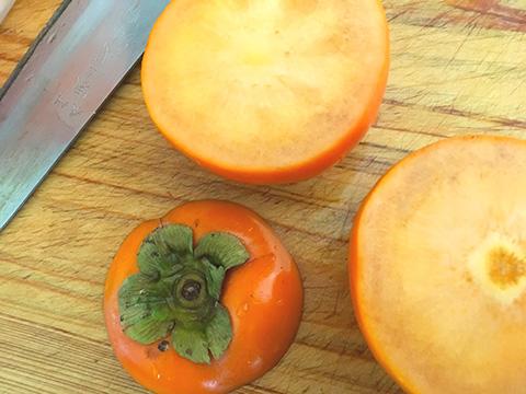 柿を洗って、柿のヘタを切る