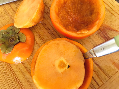柿をスプーンで中をくり抜く