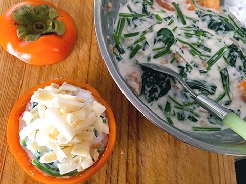 柿に具を入れ、とろけるチーズを乗せる