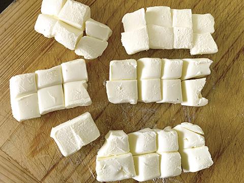 クリームチーズを一口大に切る