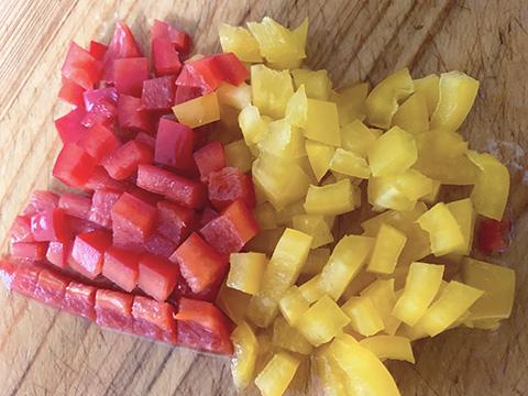 黄パプリカ・赤パプリカは1.5cm角に切る