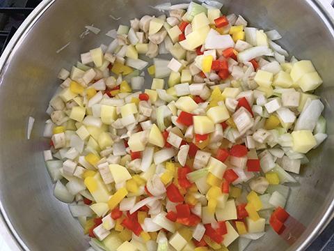 香りが出てきたらほかの野菜を入れて軽く炒める