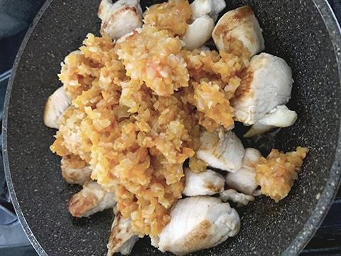 鶏肉が両面こんがり焼けたら、炒めたみじん切りを入れる