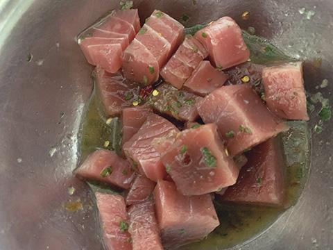 マグロは、5cmのサイコロ状より長めの長方形に切ってコチュジャンたれをかけて下味をつけておく