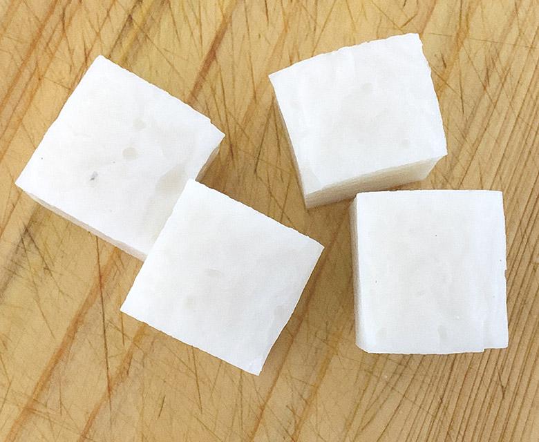 かまぼこは板から外し、2.5cm×2cmに切る