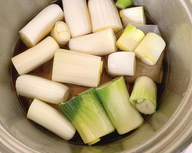 鍋に合わせだし、追いかつおをだしパックに入れたもの、(3)の下仁田ネギを入れる