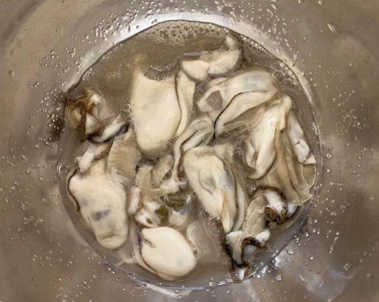 塩を入れて軽く混ぜ、2~3回水で洗う