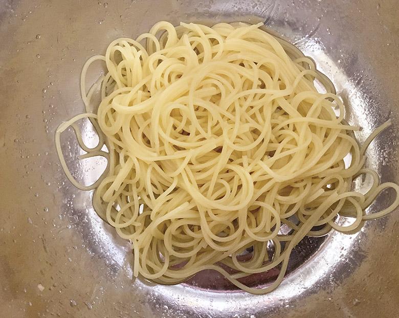 サラダパスタの水気を切り、少量の塩・オリーブオイルと混ぜ合わせる
