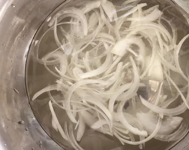 玉ねぎを薄切りにスライスして水にさらしておく