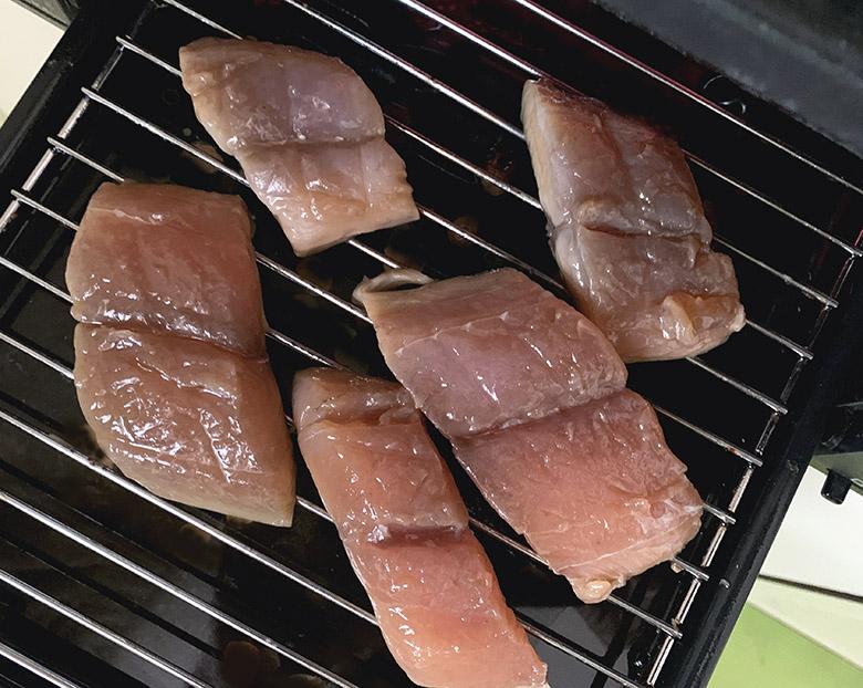 魚焼きグリルを熱し、さわらの裏面を上にして並べる
