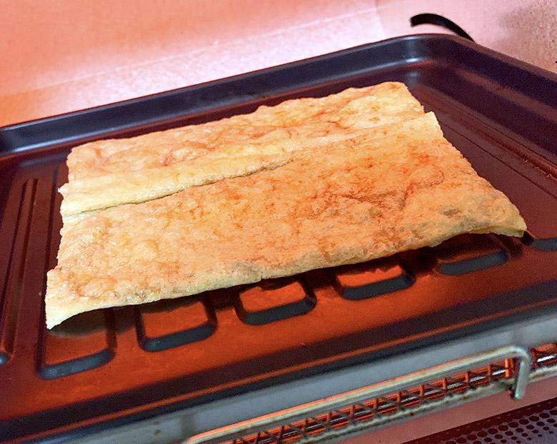 開いた油揚げに醤油を塗って、オーブントースター軽く炙る