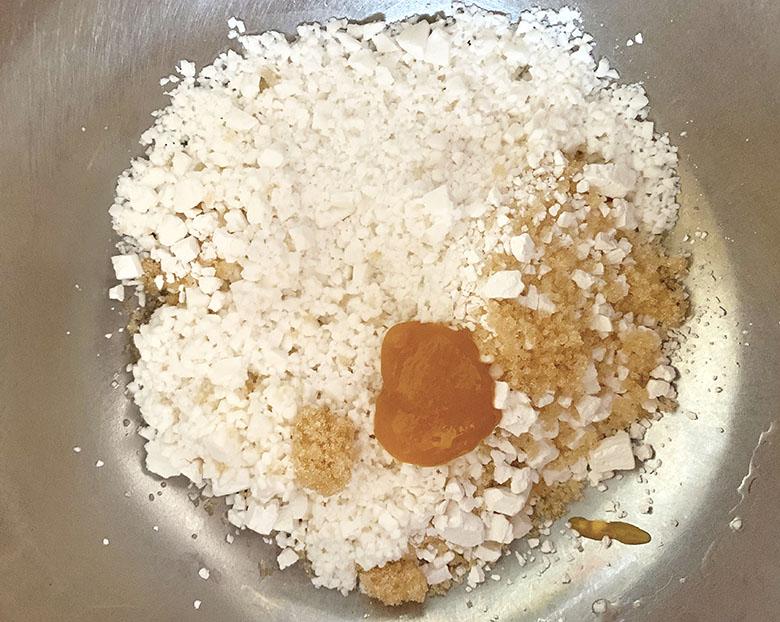 ボウルに白玉粉、砂糖、裏ごしした紀州南高梅 蜂蜜に水を少しずつ加えながら手で混ぜ合わせる