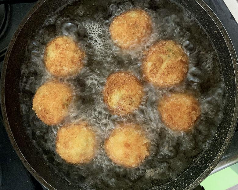 小麦粉・溶き卵に片栗粉を混ぜたもの・パン粉をつけて、170度の油でからりと揚げる