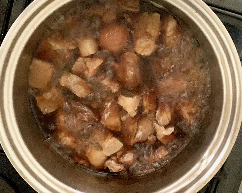 醤油を加え、煮詰めて味を煮含める