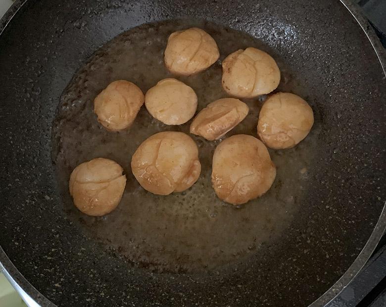 フライパンを弱火にしてバターを溶かし、ホタテ貝柱をサッと焼いて取り出す