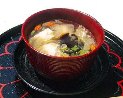 鶏団子と干しシイタケ、クコの実の中華スープ