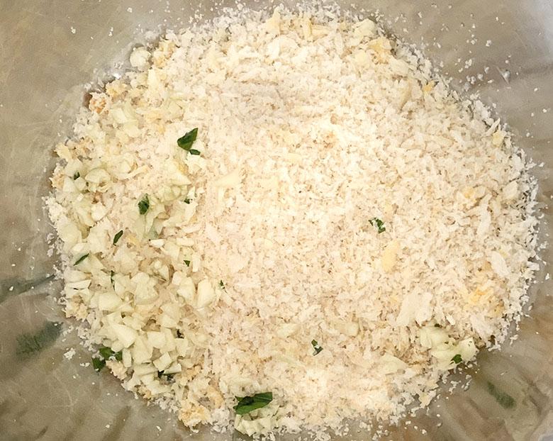 粉チーズ・パン粉・バジルとにんにくのみじん切りを混ぜてチーズパン粉を作る