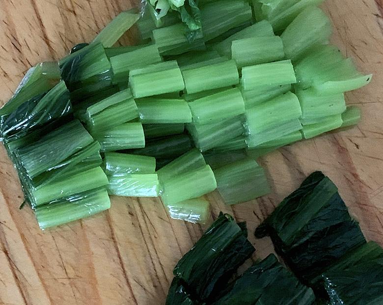 小松菜を2~2.5cm幅に切る