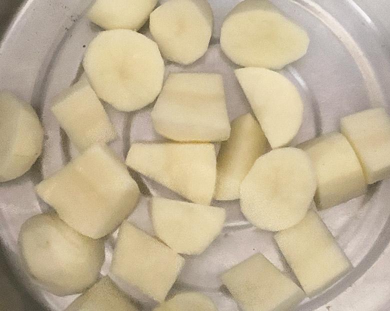じゃがいもの皮をむいで、食べやすい大きさに切り、10分程度水にさらす