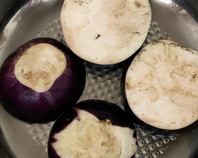 丸なすを横に輪切りにしてフライパンにごま油を引き、丸なすを焼く
