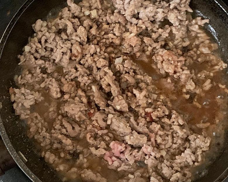 ひき肉が炒まったら、味噌・料理酒・醤油を加える
