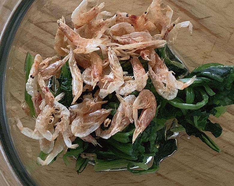 塩・ごま油・にんにくのすりおろし・干し椎茸の戻し汁を混ぜ合わせて、ほうれん草、干しエビと混ぜ合わせる
