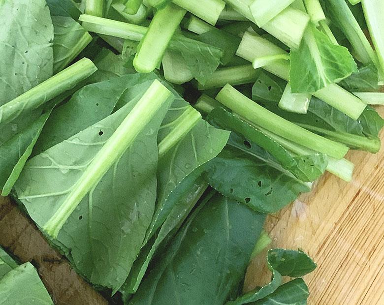 小松菜は根を落として幅4~5cmに切る