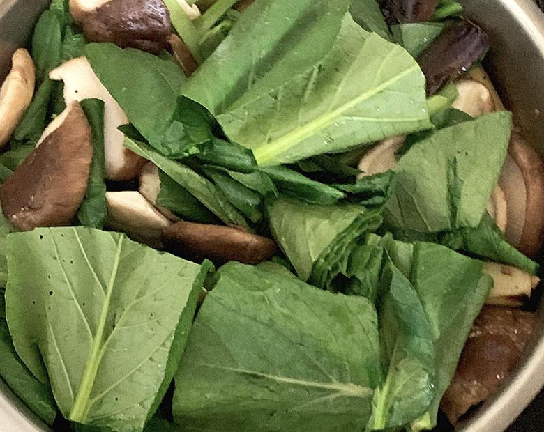 小松菜の葉、生椎茸を炒める