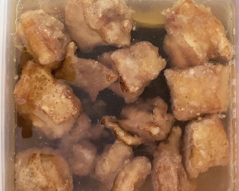 甘酢に鶏の唐揚げを熱いうちに入れる