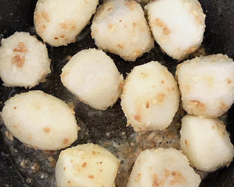 里芋に色がつくまでよく炒める