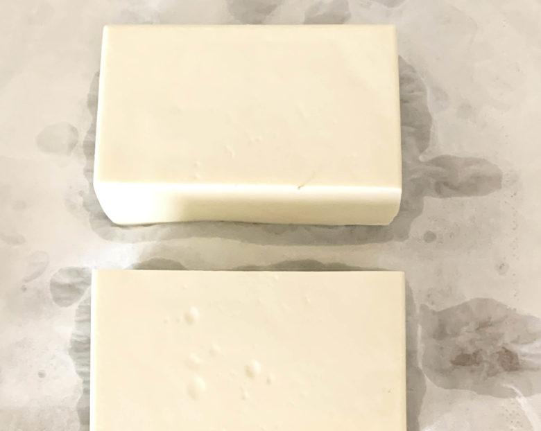 豆腐を縦に1/2に切る