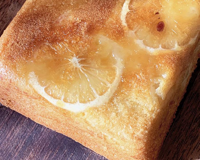 熱いうちに型から取り出して、蜂蜜レモン液をかける