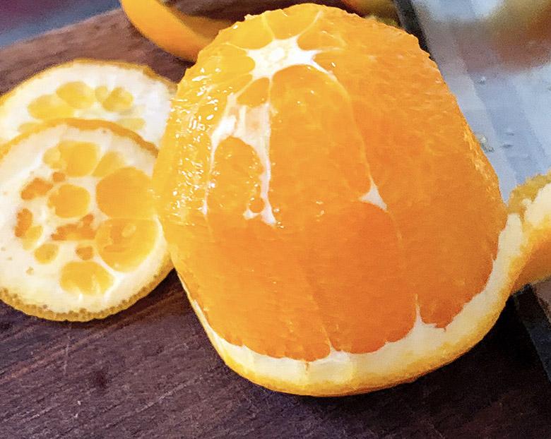 オレンジの上下のへたを切り落として皮をむ