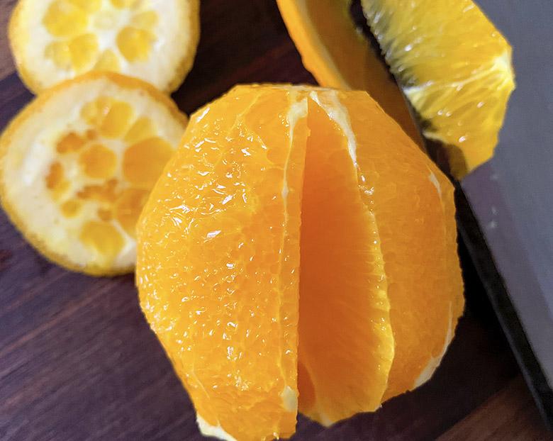 オレンジの実を切り取る