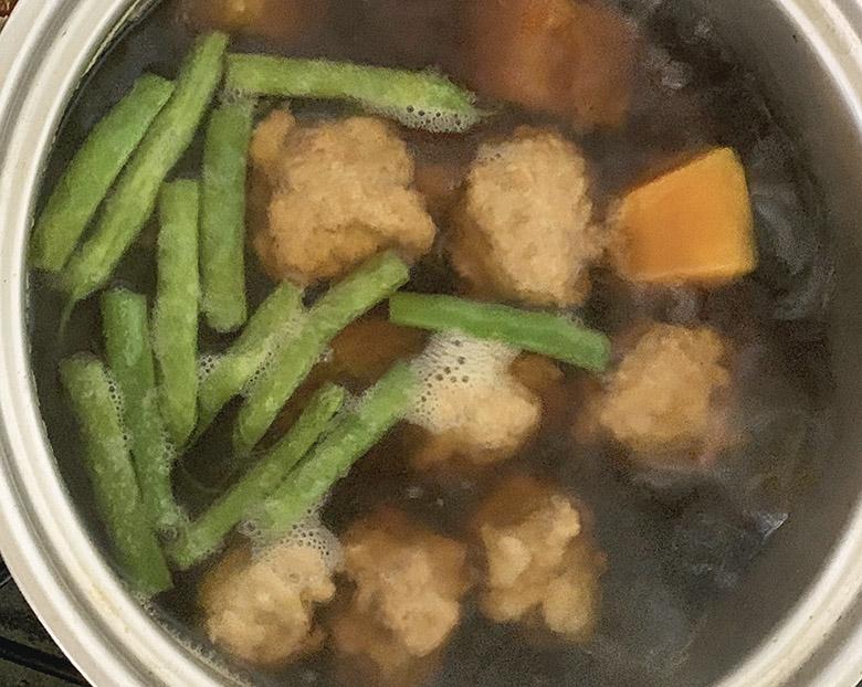 鶏団子に味がしみ込んだら、から揚げしたいんげんを入れる