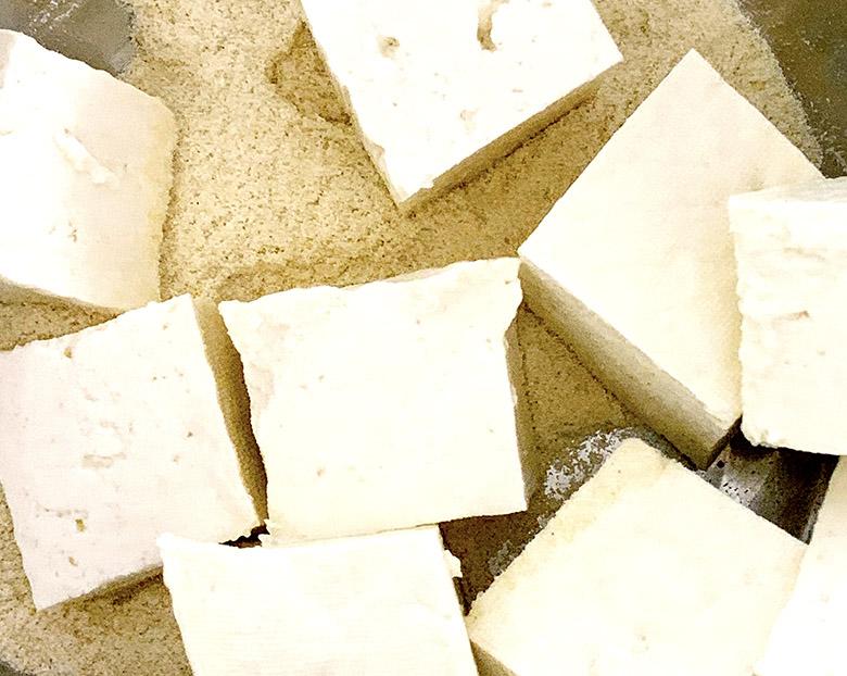おからパウダーに木綿豆腐を混ぜる