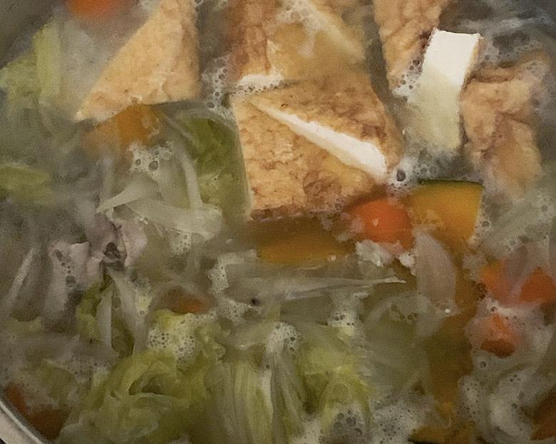 鍋にだし汁を入れて火にかけて、材料を入れる