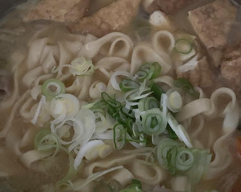 仙台味噌と白みそを1:1の割合で入れて、すりおろしにんにく、ネギを加え