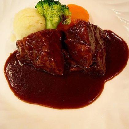 牛すじ肉の赤ワイン煮込み