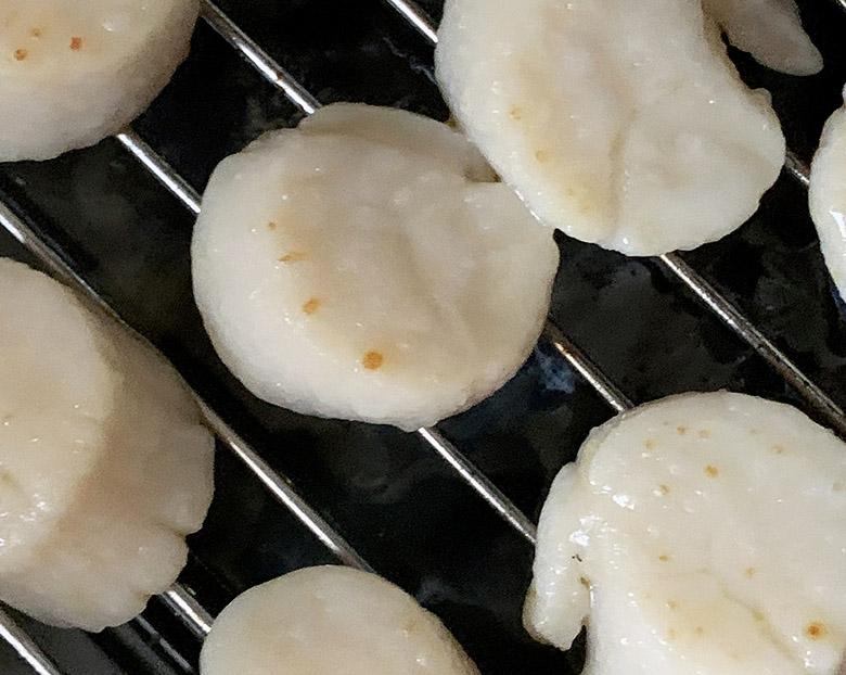 ホタテを魚焼きグリルで半面焼く